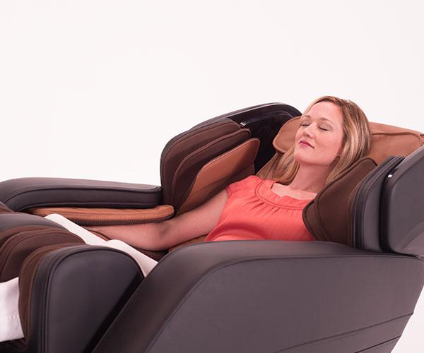 Full Body Massage Chairs- Women Reclining in The Summit ZA190   The Recreational Warehouse